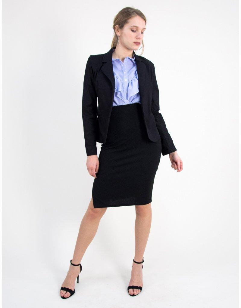 Το απόλυτο office look με γυναικείο σακάκι και pencil φούστα