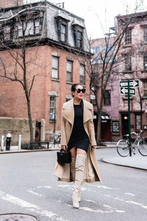 Το μαύρο φόρεμα ταιριάζει απόλυτα με το μακρύ μπεζ παλτό σου!