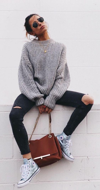 Ίσως ο πιο cozy συνδυασμός, πουλόβερ με σκισμένο τζιν
