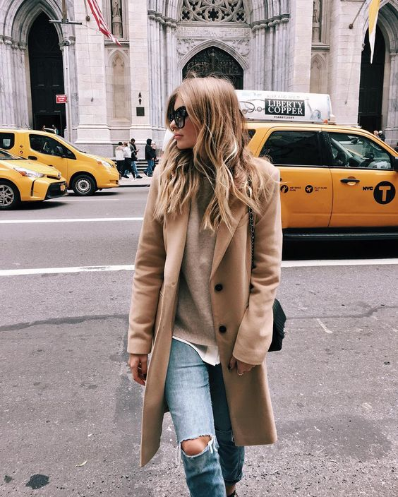 Παλτό με τζιν παντελόνι: απόλυτος συνδυασμός