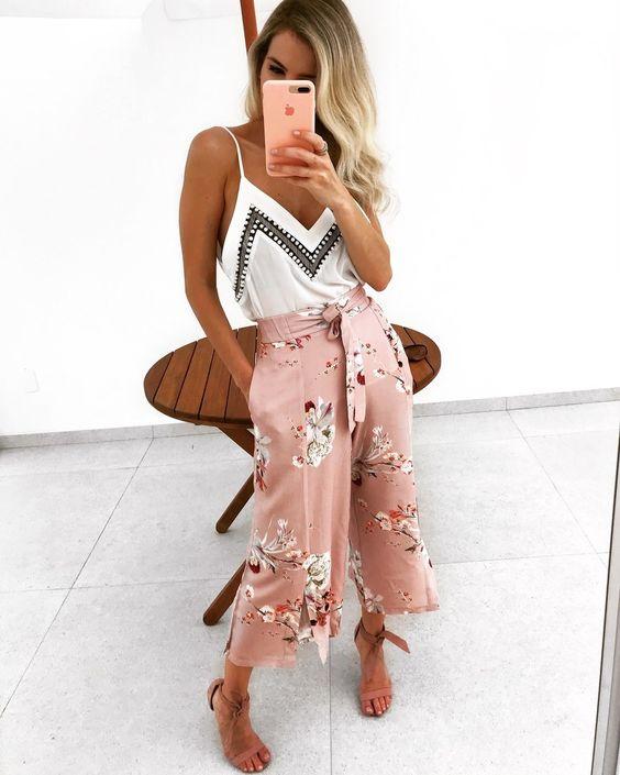 Ροζ ζιπ κιλοτ με λευκό τοπ και ψάθινη τσάντα είναι ο τέλειος συνδυασμός για το καλοκαίρι