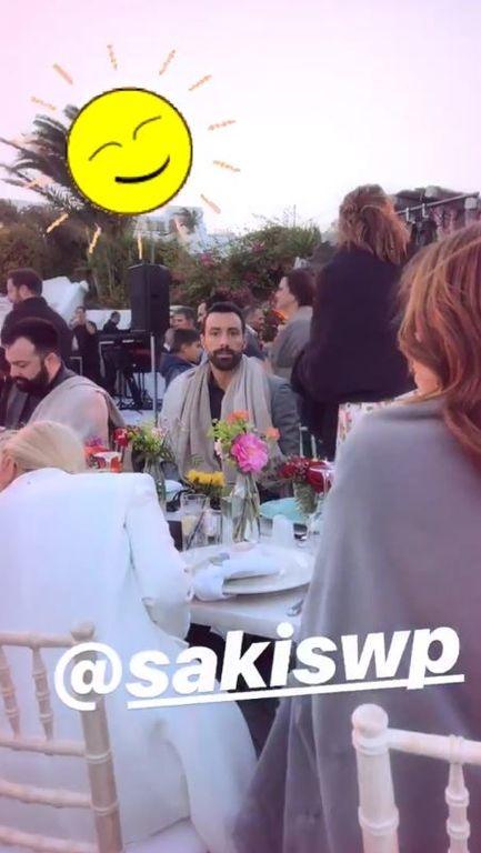 Ο Σάκης Τανιμανίδης με κουβέρτα στον γάμο της Αθηνάς Οικονομάκου στην Μύκονο