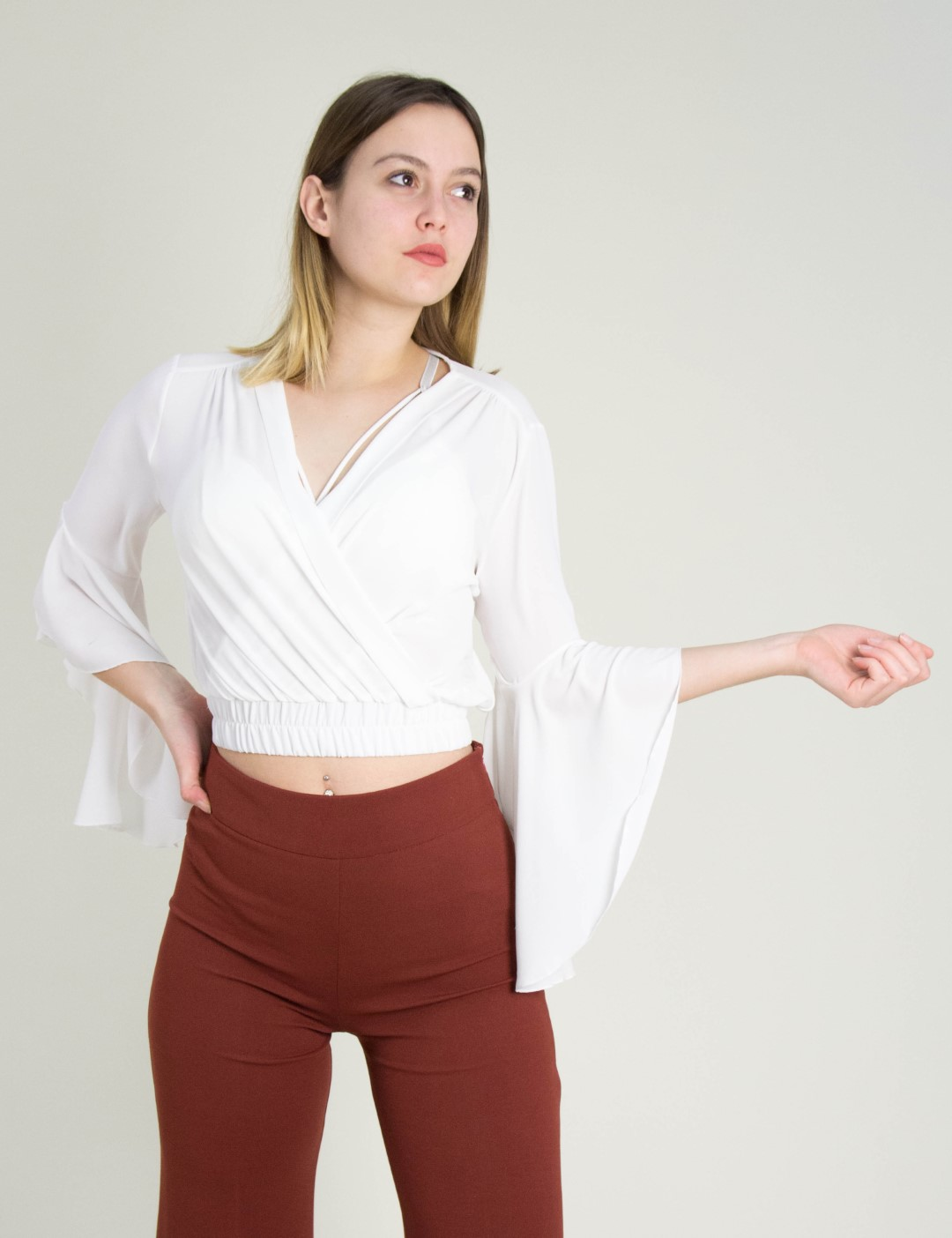 3b414384de60 Γυναικεία λευκή σιφόν κρουαζέ μπλούζα βολάν Cocktail 014206000B